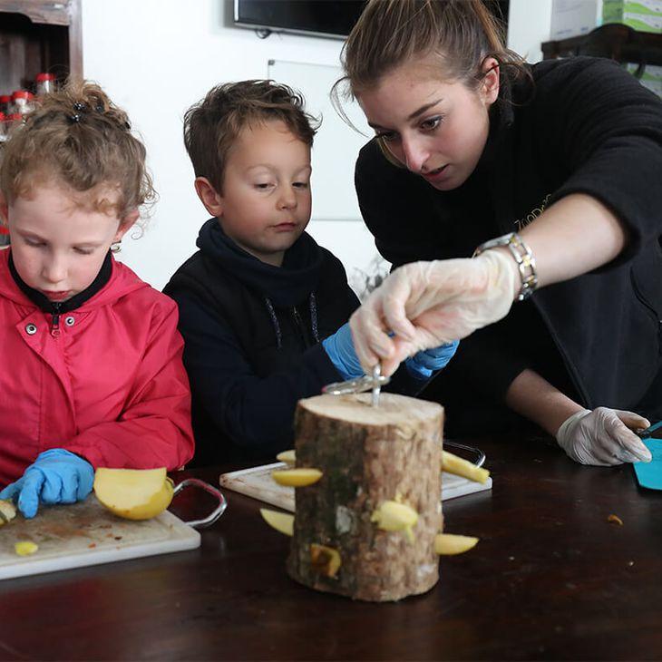 Nourrissage des tapirs - Activités junior Graine de Soigneur - ZooParc de Beauval